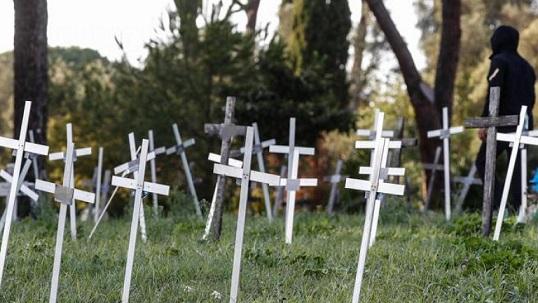 """Скандал с погребани зародиши на абортирани деца разтърси Италия. Те са погребани в римското гробище """"Прима Порта"""", но тъй като неродените нямат имена, върху кръстовете са изписани имената на жените, които са ги абортирали. Следвай ме - Здраве"""