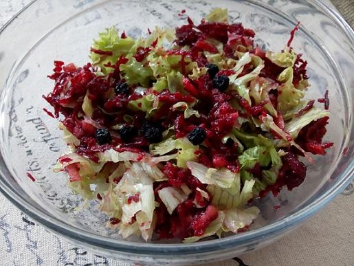 Три есенни салати с много ползи за имунитета Ноември е типичният есенен месец, в който летните зеленчуци определено нямат вкуса, заради който толкова много сме ги харесвали през лятото. Това обаче съвсем не означава, че ще се лишим от вкусни салати. Просто, трябва да променим съставките. Впрочем, кореноплодните, от които се състоят нашите салати през есента и зимата са изключително витаминозни. Следвай ме - Гурме
