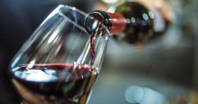 """С червено вино срещу Алцхаймер и Паркинсон Специалисти от Испания, САЩ и Великобритания са направили изследване, според което редовната консумация на истинско червено вино риска от възникване на невродегенеративни заболявания. Това съобщава списание """"Frontiers In Nutrition"""", Следвай ме - Здраве"""