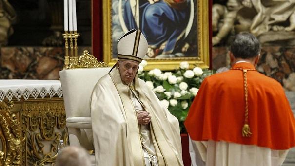 """Папа Франциск ръкоположи днес 13 нови кардинали, включително първи афроамериканец на високия сан, предадоха световните агенции. Церемонията бе силно белязана от пандемията от коронавирус - двама от кардиналите си останаха у дома, останалите се отказаха от обичайните за подобен случай празненства, а базиликата """"Свети Петър"""" бе на практика празна. Присъстващите кардинали носеха маски по време на службата и бяха настанени в отделни столове, поставени на разстояние един от друг. Папата както обикновено беше без маска, но като цяло поддържаше дистанция от останалите присъстващи. Церемонията, наречена консистория, е седмата в понтификата на Франциск и отново отрази усилията на папата аржентинец да назначава кардинали от места, където такива досега не е имало, или духовници, на чиято служба иска да отдаде почит. За първи път например свои кардинали имат Бруней и Руанда. Девет от новоназначените кардинали са на възраст под 80 години и могат да участват в конклав за избор на нов папа. Досегашният архиепископ на Вашингтон, окръг Колумбия, Уилтън Грегъри стана първият кардинал афроамериканец. Преди церемонията той каза, че назначението му е признание за чернокожите католици в САЩ, за наследството на вяра и преданост, което те представляват. Друго назначение, символично за стремежа към социална справедливост, е това на пенсионирания архиепископ на Чиапас, Мексико, Фелипе Арисменди Ескивел, който защитава правата на коренното население на Мексико и застана начело на усилията Библията и литургийните текстове да бъдат преведени на местните езици. Папа Франциск посети Чиапас през 2016 г. и отдавна се бори за правата на коренното население. Новите кардинали и останалите лица, пристигнали в Рим за церемонията, трябваше да останат под карантина 10 дни според изискванията на Ватикана в папския хотел, където ястията им се носеха по стаите. Контактът им с външния свят се извършваше чрез платформата """"Зуум"""", а новите червени роби бяха доставени лично от прочутите шивачи на Рим. Обикновено """