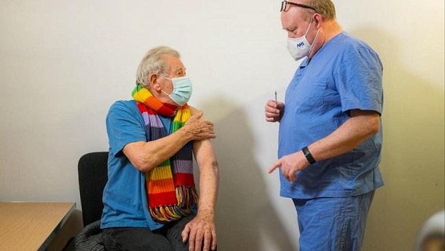 """Иън Маккелън, който игра Гандалф се ваксинира Звездата от """"Властелинът на пръстените"""" сподели снимка от ваксинацията си във Фейсбук. Следвай ме - Хоби / Шоу"""
