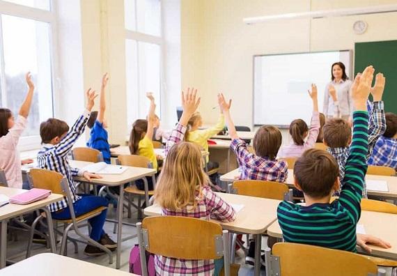 Децата ротационно в класната стая Така ще е до пролетта, в четвъртък става ясно от кога ги връщат в училище. Следвай ме - Общество