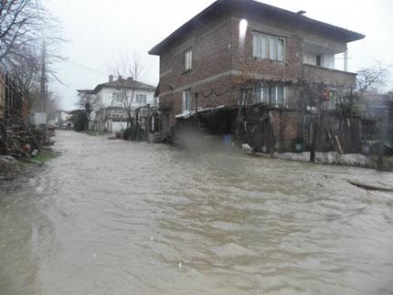 Дават по 375 лева помощ на наводнено домакинство За средствата се подават заявления от днес, оценката на щетите се прави на място от специална комисия . Следвай ме - Общество