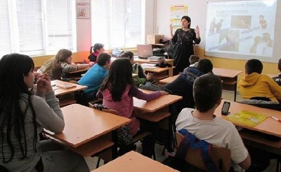 Влизаш в час на ротация Това е поредната идея на образователния и здравния министър, в училище ще се редуват присъствено учениците от 7,8 и 12 клас. Следвай ме - Общество