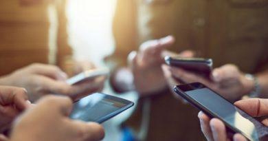В Китай забраниха мобилните телефони в клас Училищата в Китай забраниха на учениците в началните и средни училища да носят лични мобилни телефони, освен ако нямат реална нужда от тях и представят писмена молба от родителите. Следвай ме - Общество