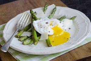 Аспержи с поширани яйца Една рецепта на италианския майстор-готвач Джино Д'Акампо. Следвай ме - Гурме
