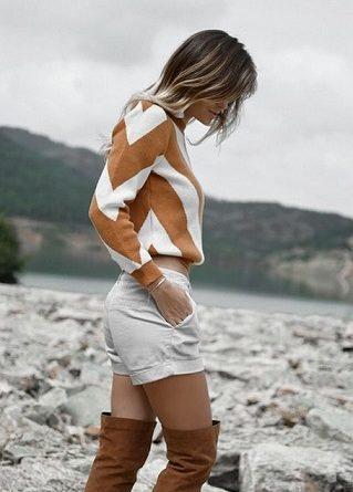 Късите панталонки в комбинация с ботуши тази пролет Цветен чорапогащник допълва визията Следвай ме - Стил