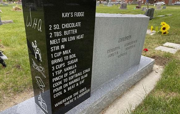 Необичаен надгробен камък стана сензация Приживе покойната пожелала на него да напишат рецептата за знаковия й десерт, жени го преписват и приготвят. Следвай ме - Хоби / Шоу