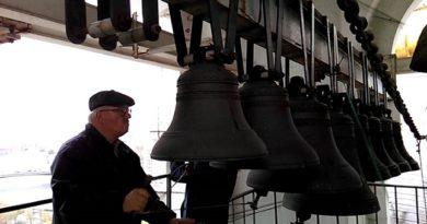 Маестрото, който кара камбаните да говорят Игор Коновалов е председателя на Дружеството на църковните звънари в Русия, отдавна е слял работата с хобито. Следвай ме - Вяра / Култура