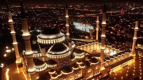 Мюсюлманите отбелязват Курбан байрам Празникът е в памет на жертвоприношението на пророка Ибрахим. Следвай ме - Вяра